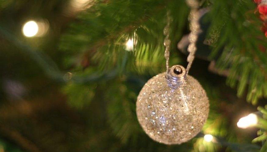 Imagen de un adorno navideño realizado con una bombilla eléctrica