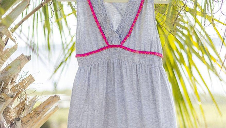 Disfruta cómo luce un vestido de playa con cenefa de pompones en esta primavera y verano.