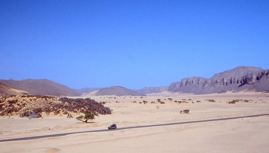 Una camioneta atraviesa un camino desertico de la Carretera Transahariana