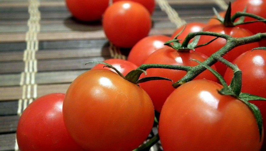 Tomates frescos apilados fuera de la heladera