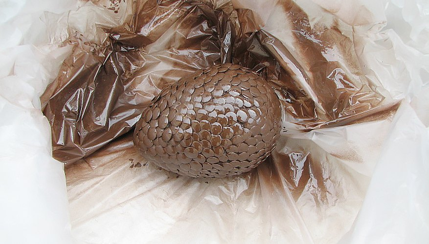 Rocía el huevo con la pintura marrón cuero.