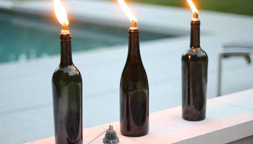 Cómo hacer antorchas tiki con botellas de vino.