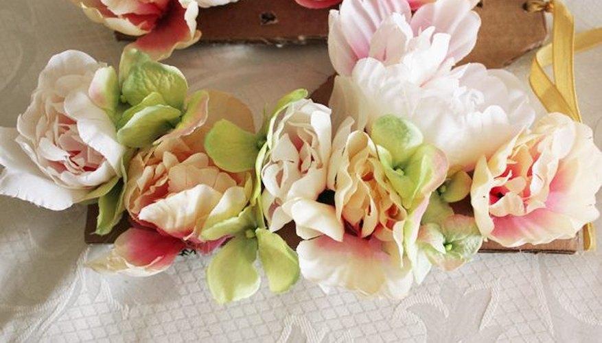Agrega flores pequeñas entre las flores grandes.