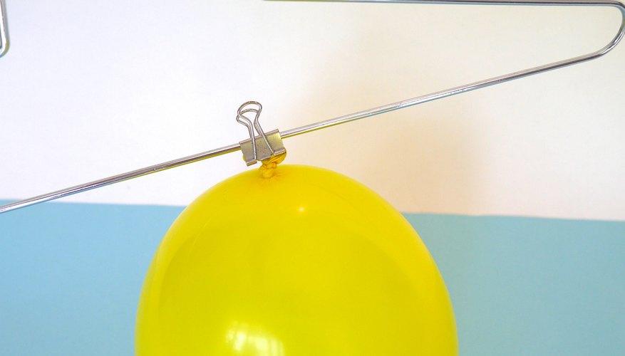 Engancha el globo a la percha.