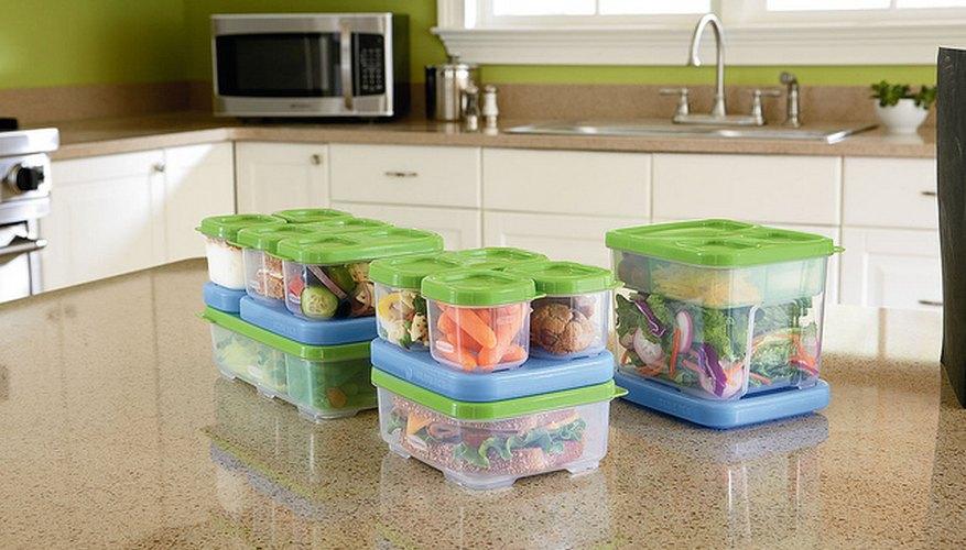 Alimentos guardados en recipientes plásticos