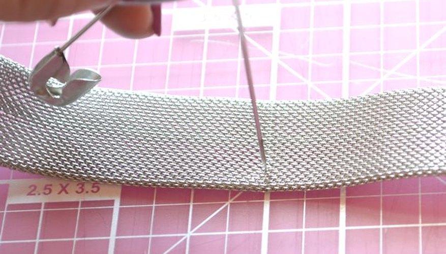 Ubica la cadena sobre la base de corte para proteger la superficie de trabajo.