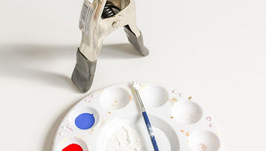 Pinta una pelota de ping pong con colores primarios para darle una apariencia real de pelota de playa.