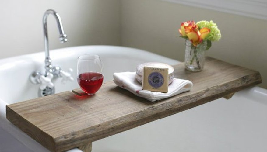 Una bandeja para la bañera con un porta copas .