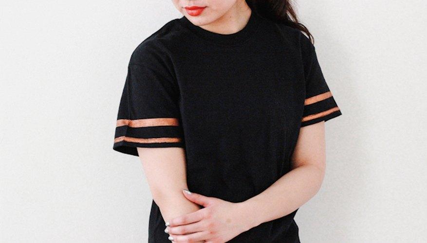 Agrega rayas a una camiseta para darle una apariencia deportiva y casual.