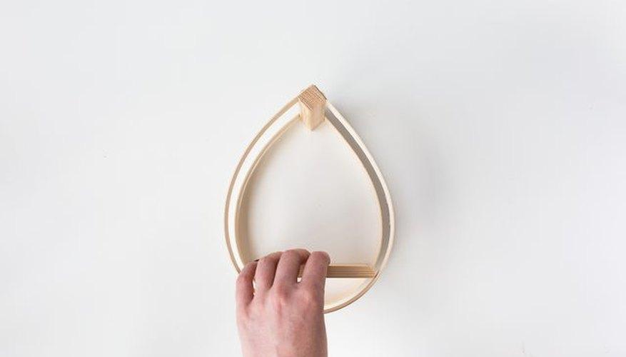 Coloca la madera para sostener la maceta.