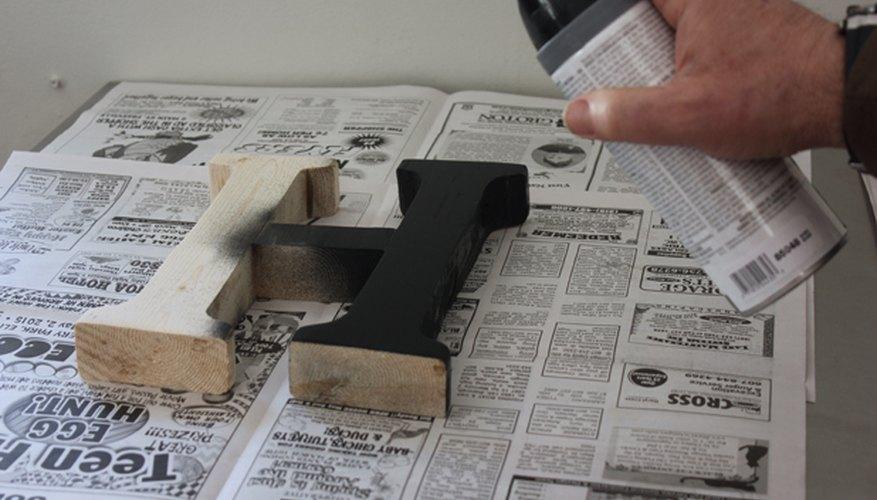 Aplica capas finas de pintura a la letra.