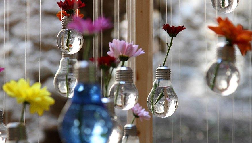 Floreros colgantes realizados con bombillas eléctricas.
