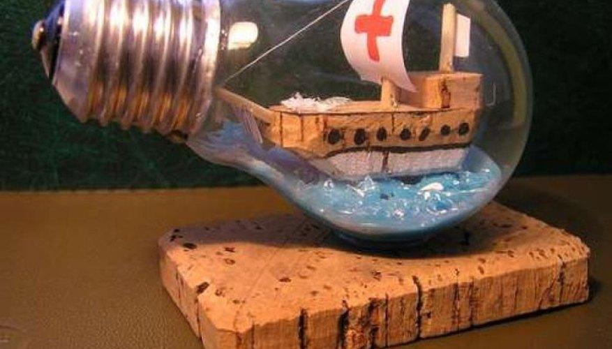Imagen de un barco miniatura dentro de una bombilla eléctrica