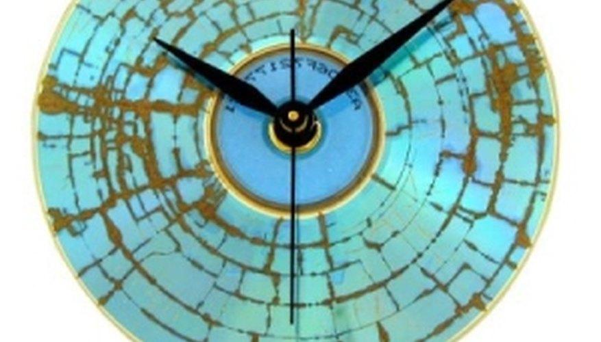 Reloj para mesa de luz elaborado con un disco compacto