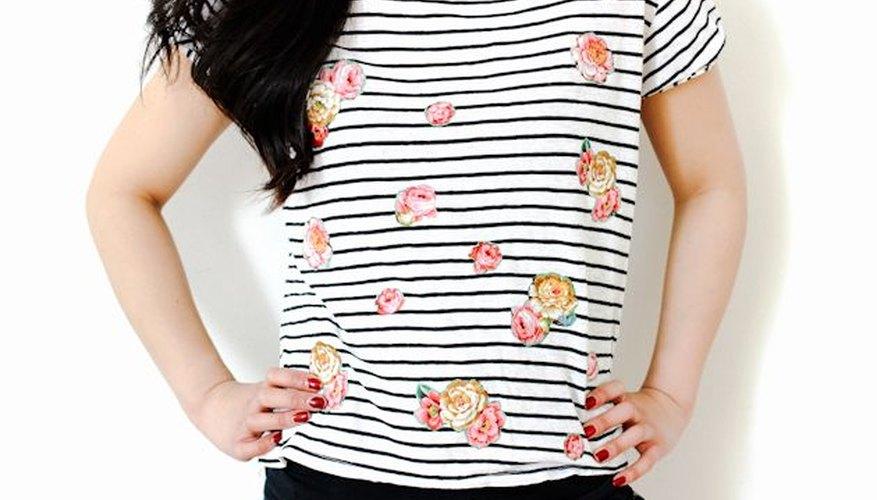 Agrega formas de flores a una blusa a rayas para lograr un proyecto visualmente atractivo.