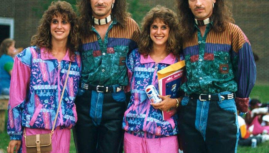 Imagen con dos parejas de hermanos utilizando prendas y peinados característicos de los ochenta