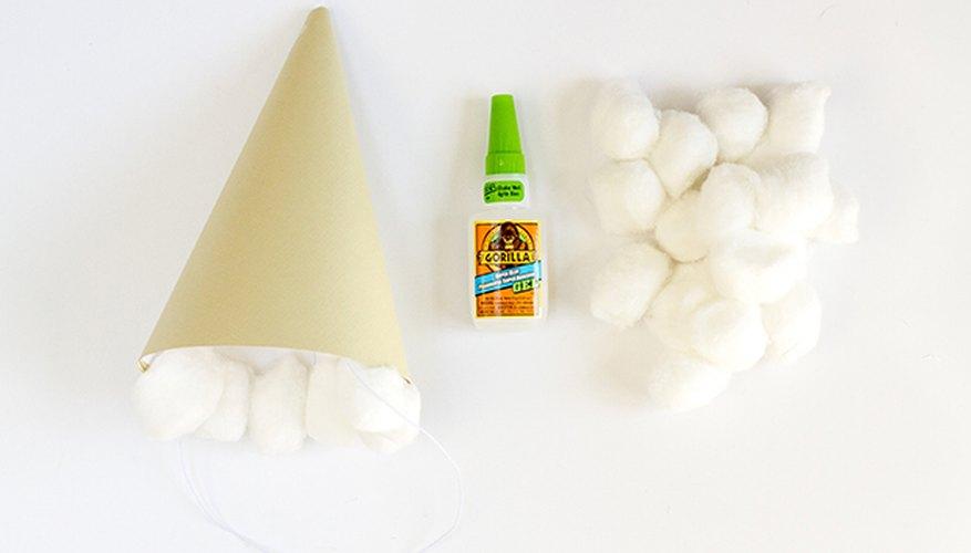 Usa pegamento para incorporar bolas de algodón que imiten las bolas de helado.
