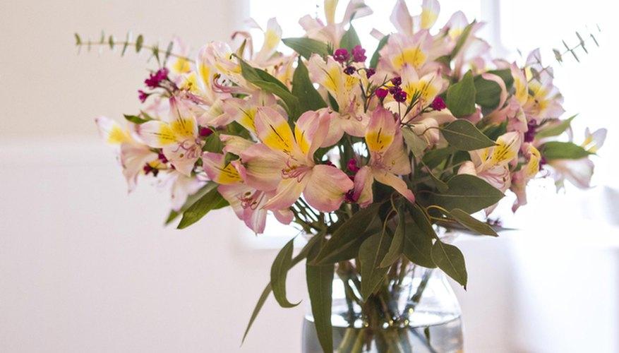 Con unos pocos pasos, puedes crear un arreglo floral que luzca profesional.