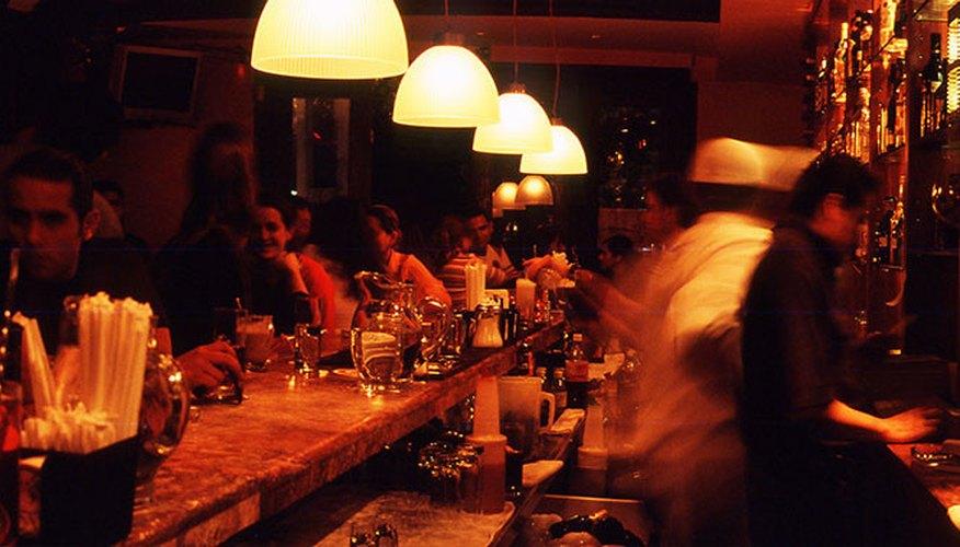 El personal de Pata Negra sirviendo bebidas a los clientes en una noche de mucha concurrencia