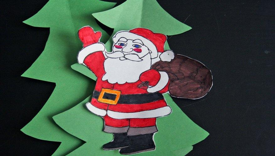 Los adornos navideños funcionan como elementos llamativos en un periódico mural.