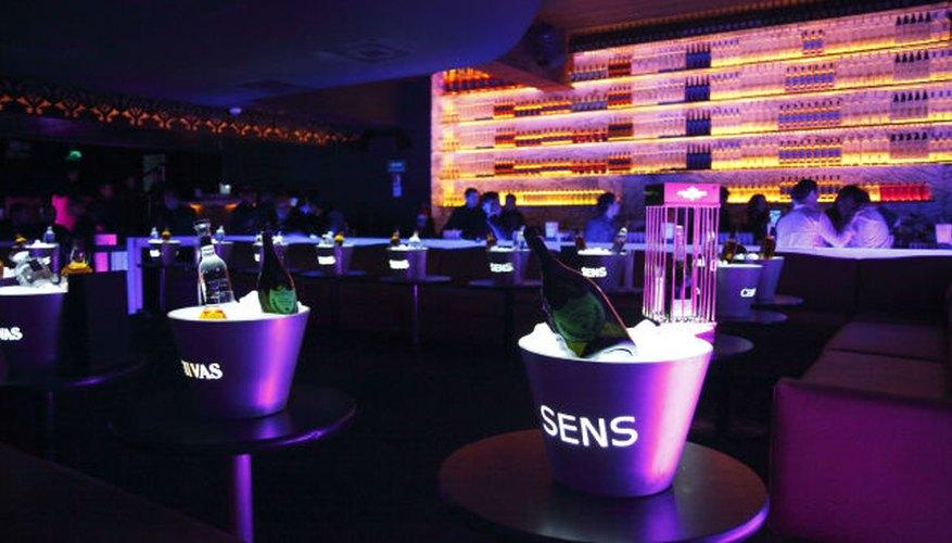 Imagen de las mesas del Sens y sus populares baldes porta champaña