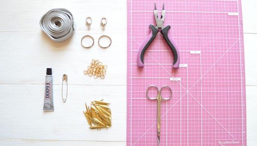 Materiales que necesitarás para hacer un cinturón de malla y dijes.