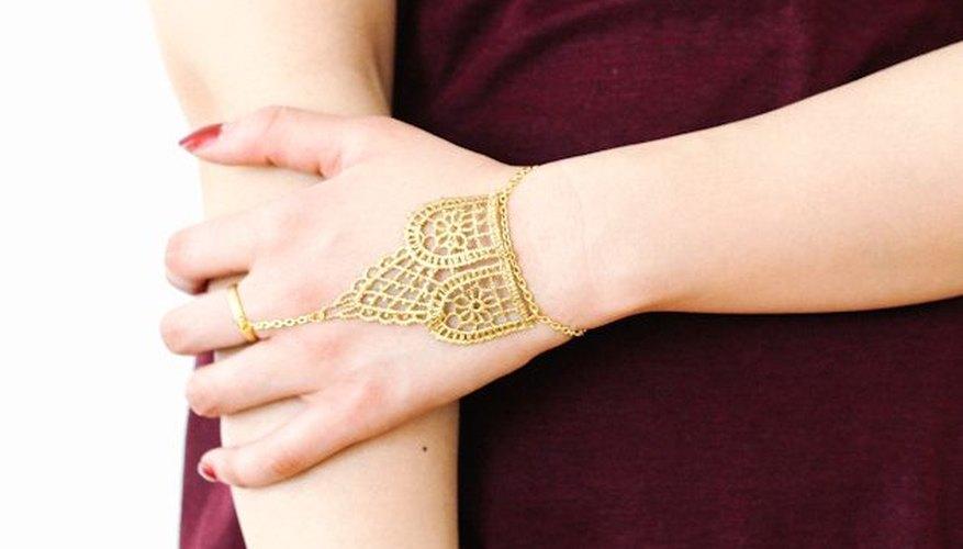 Una cadena de mano combina un anillo y un brazalete.