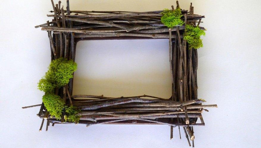 El musgo y las flores le dan al marco un estilo primaveral.