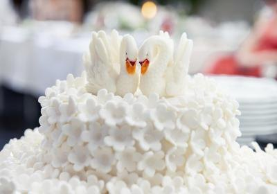 cutting of wedding cake symbolism what is the meaning of cake cutting in weddings ehow 13293
