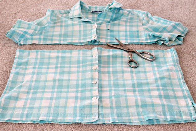 The bottom of the shirt -- buttons included -- becomes the apron.