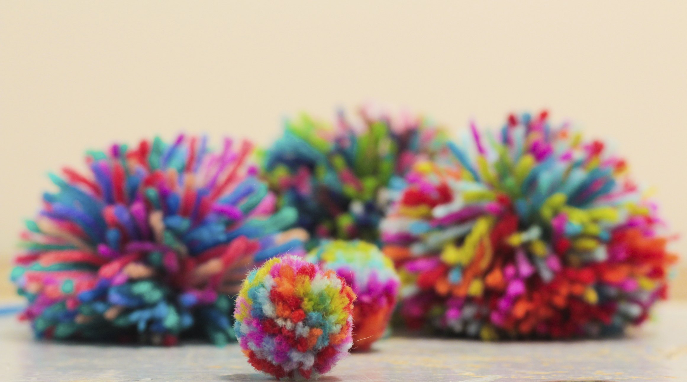 How To Make A Pompom With 2 Colors Of Yarn Ehow
