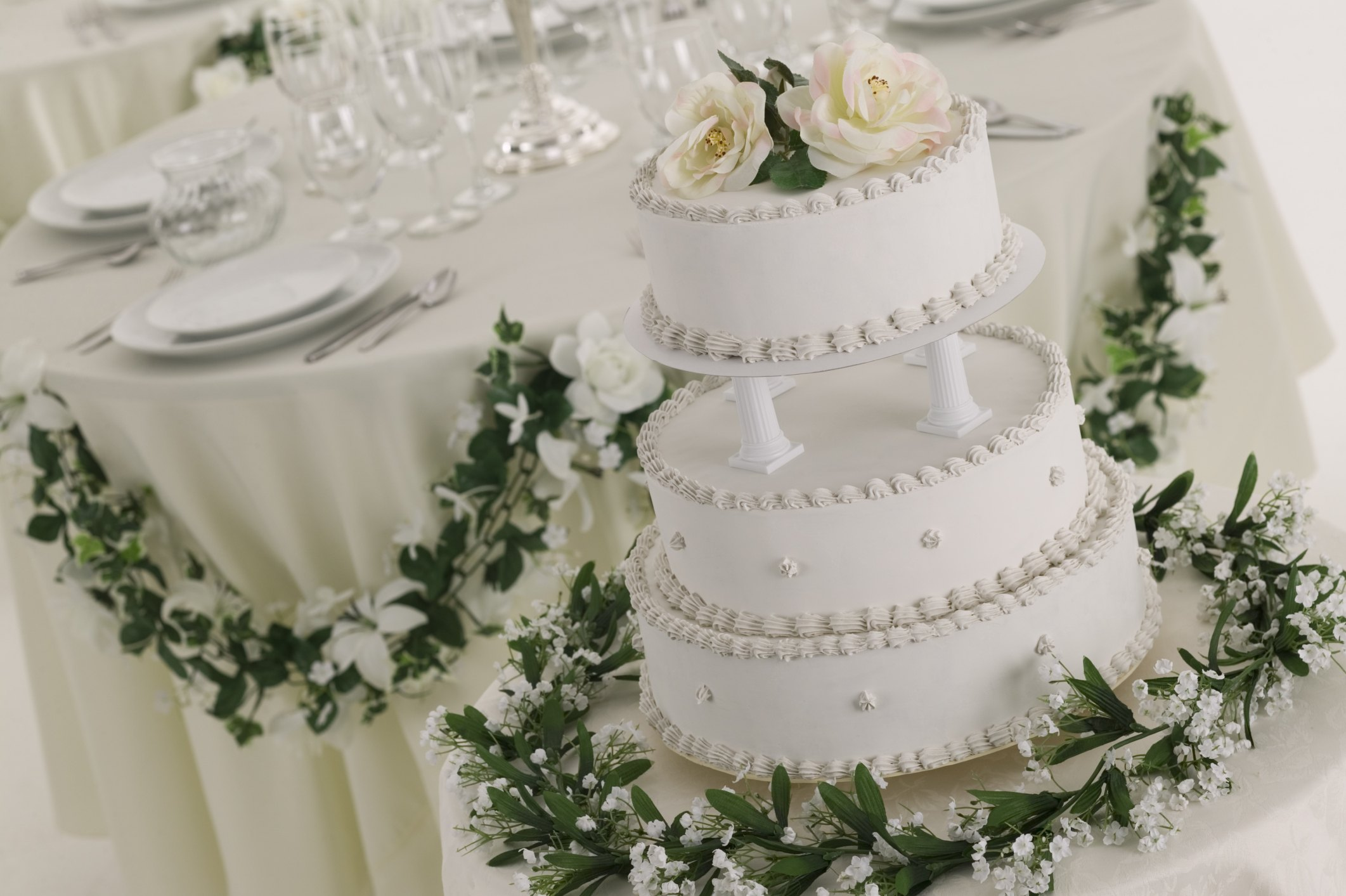 flowers on wedding cake safe what fresh flowers are safe to put on cakes with 14348